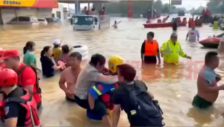 长沙市蓝天救援队在新乡卫辉市转移群众千余人