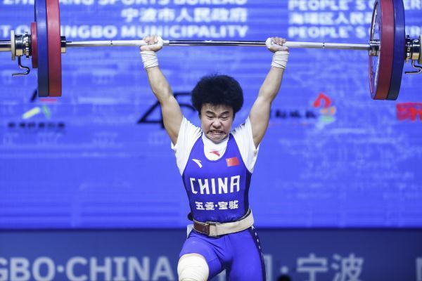 湘妹子侯志慧出战女子举重49公斤级比赛,冲击湘军首金
