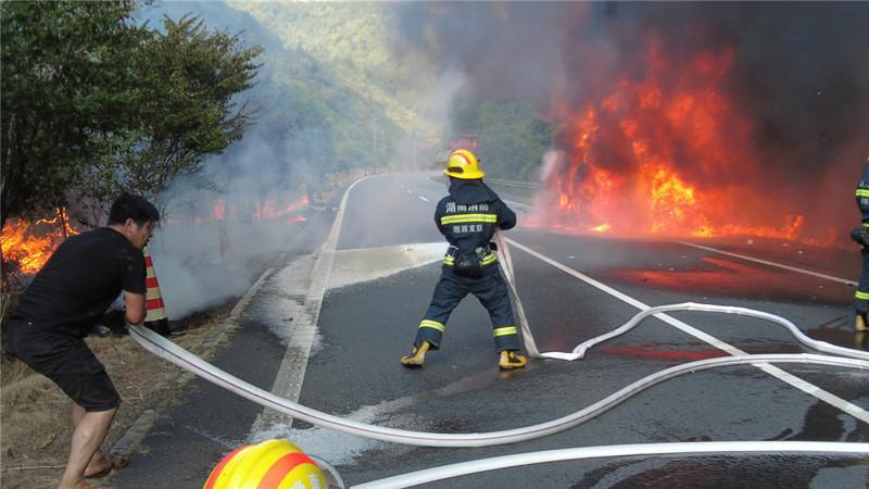 紧急!半挂车隧道口自燃,火势向山上蔓延……