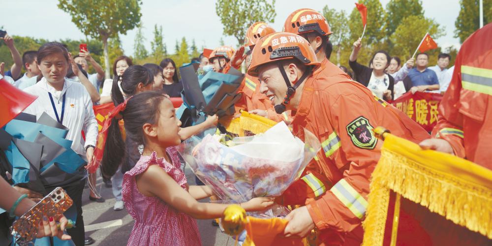 郑州群众深情送别消防员