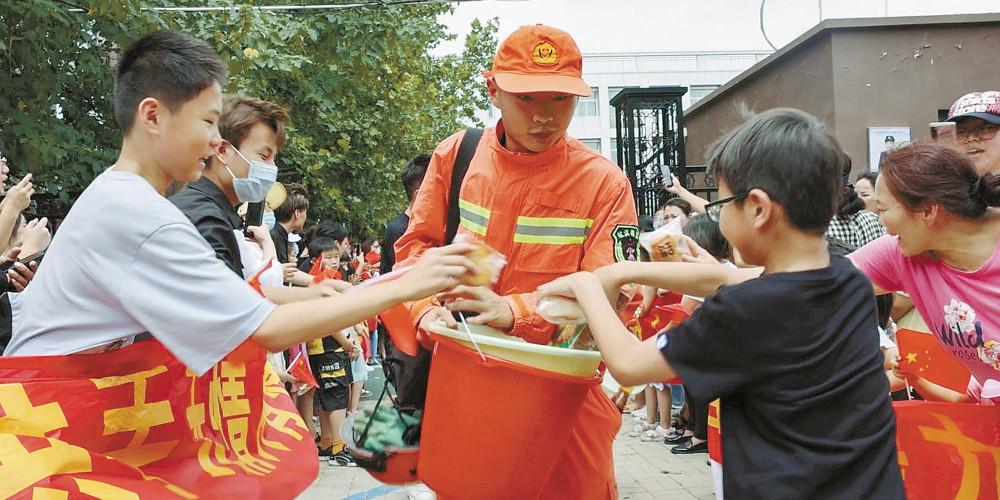 郑州市民送别湖南消防员