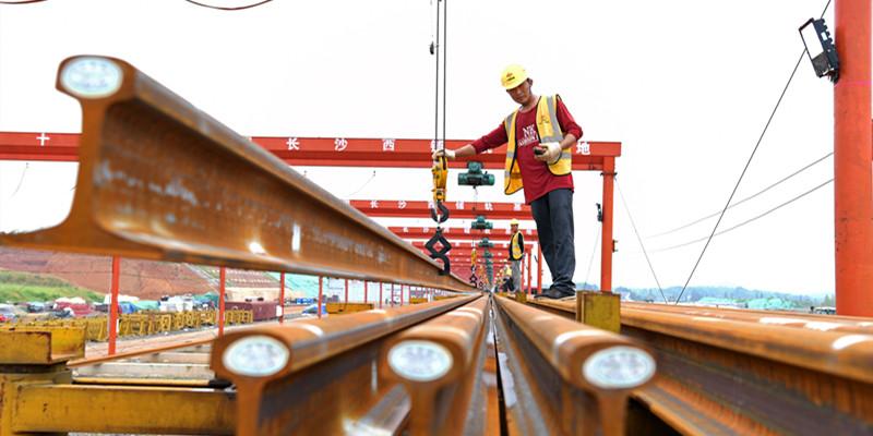 常益长铁路首列500米长轨进场