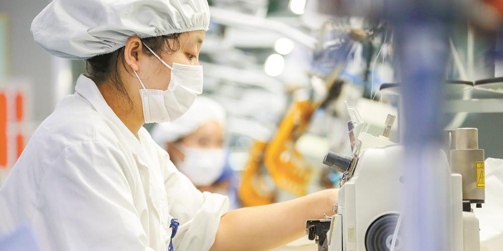 生产防疫物资 助力疫情防控
