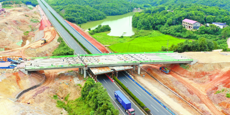 大王山互通立交完成跨线桥梁板架设