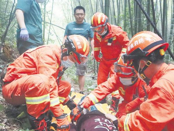 火焰蓝翻山越岭营救被困女子