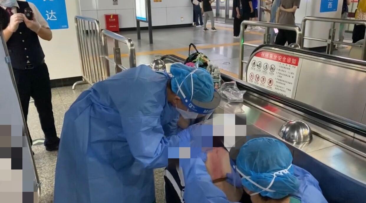 女孩中暑晕倒在地铁站,护士刮痧救治