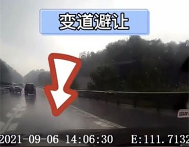 好险!小车为避让前方事故车,突然变道被货车撞上