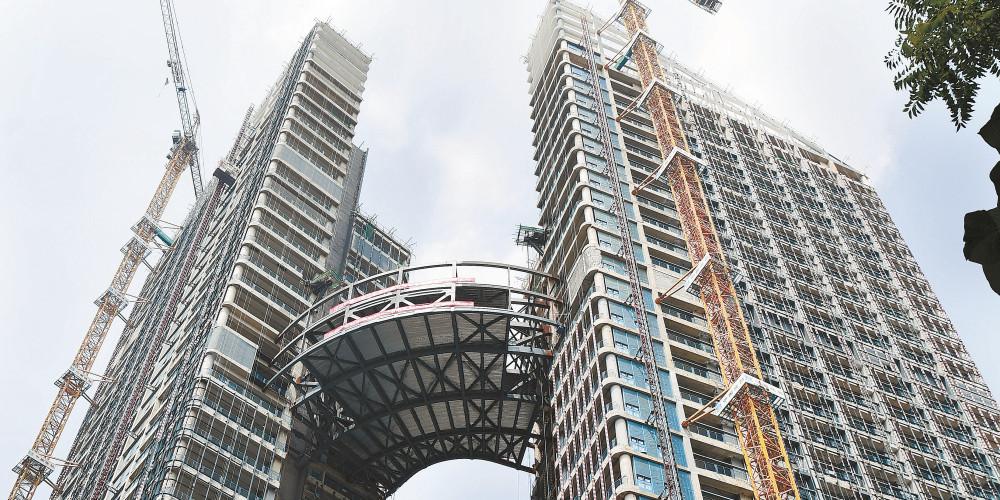 """440吨超重钢结构连廊""""爬""""上百米高空"""