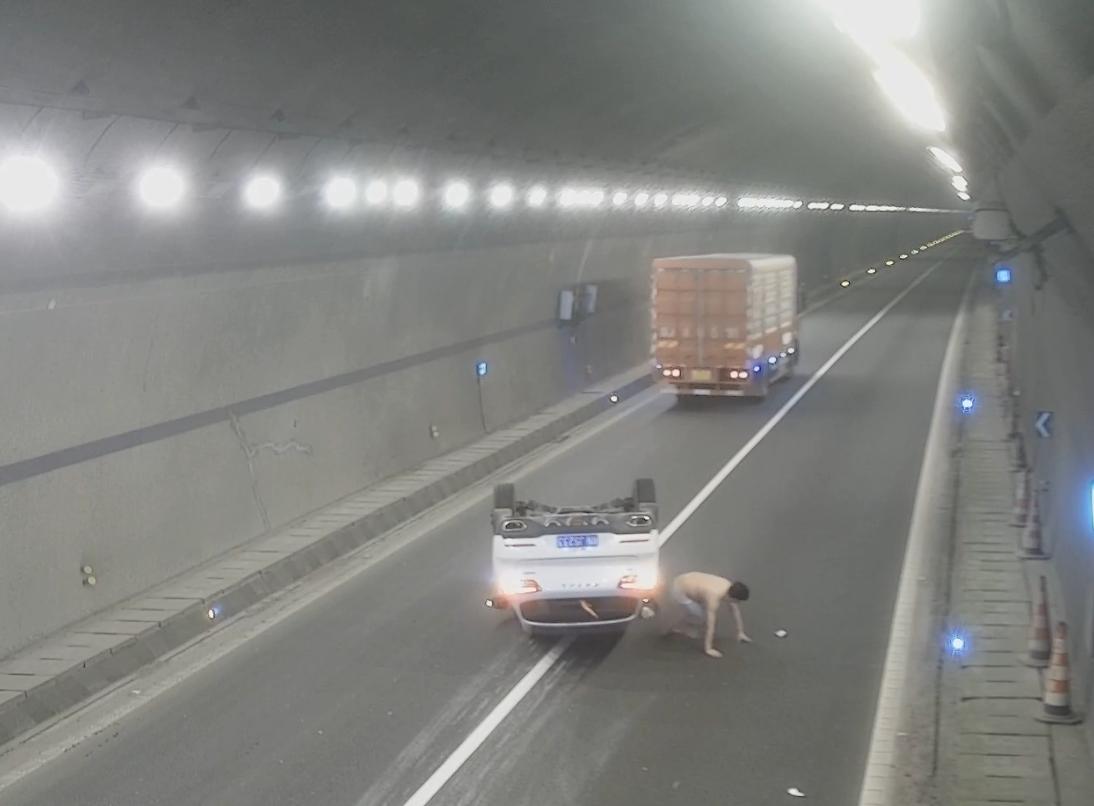 男子醉驾上高速,撞上隧道路肩翻车
