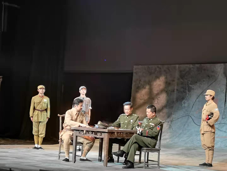 剧中,耿飚担任军调处中共代表时与敌军将领的一次赌局。杨玉菡 摄