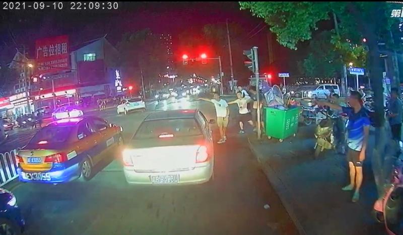消防车遭堵,他们都做出了同一个举动