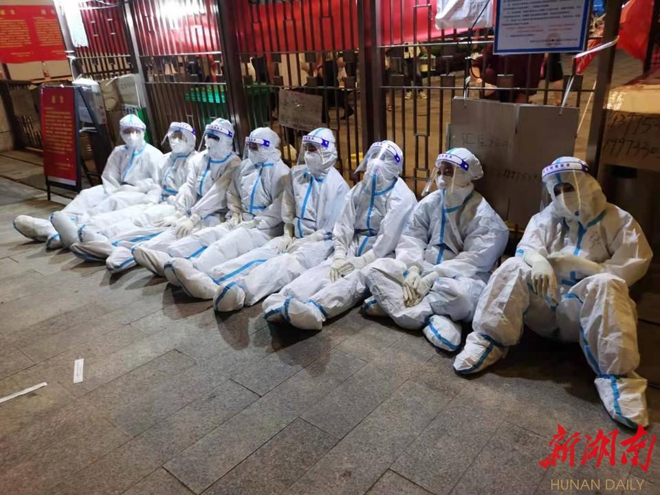 株洲医护人员深夜完成核酸采样任务后累坐在街头