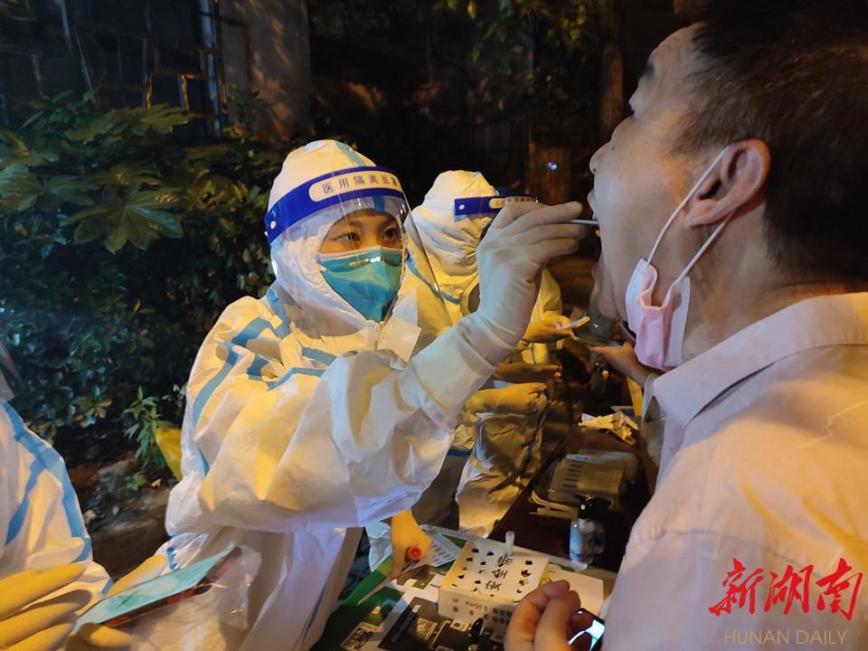 株洲医护人员深夜在社区开展核酸采样