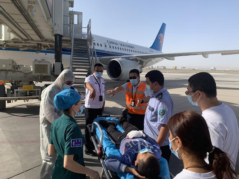 """""""这个孩子,我们必须救!""""南航飞机再次滑回打开生命之门,这次坐标新疆喀什"""