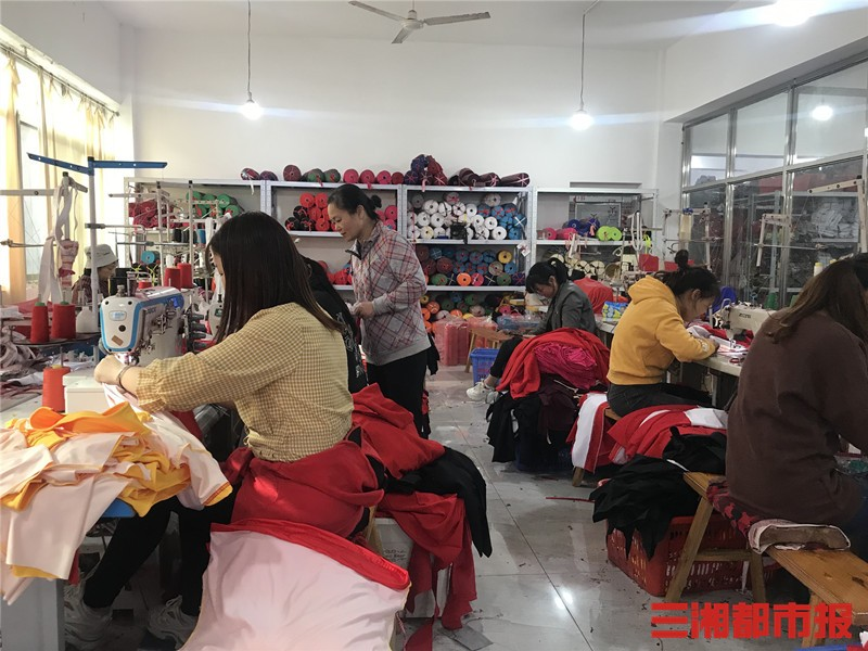 益阳当地300多家企业生产的广场舞服装占据了全国7成的市场