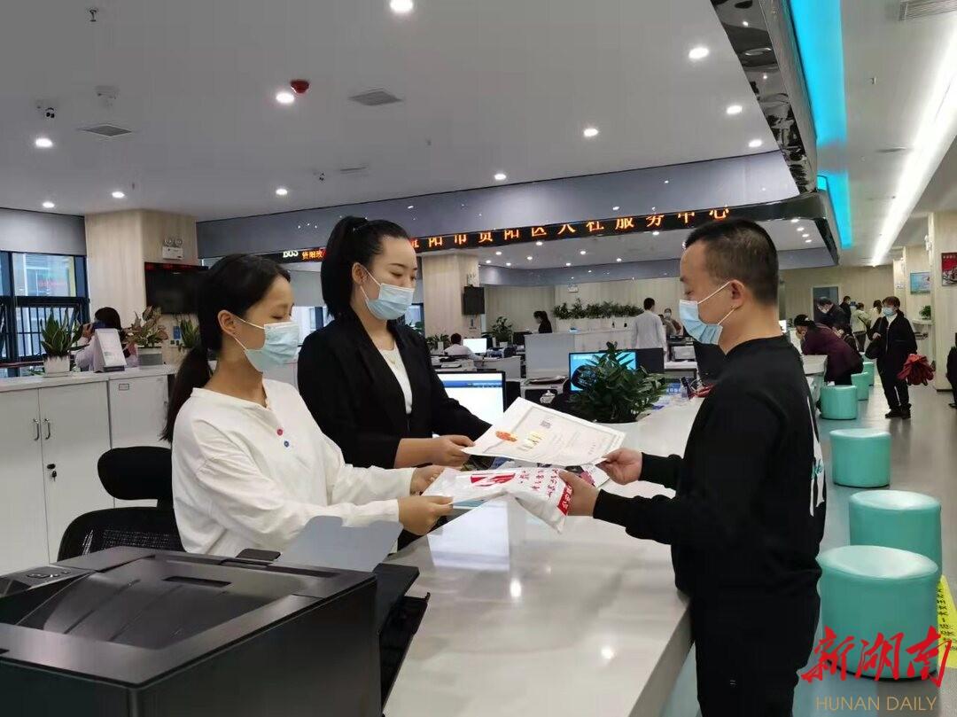 资阳区市场监管局为新开办企业负责人赠送印章。(益阳市市场监管局供图)