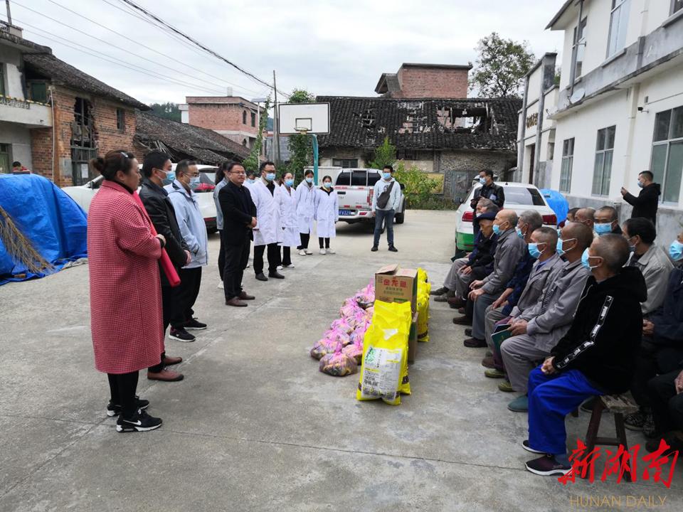 图为码市镇政府工作人员、慰问团队集体向敬老院老人送上节日祝福