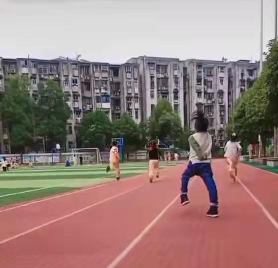 9岁脑瘫女孩坚持完成体育考试,妈妈录下她努力奔跑的样子