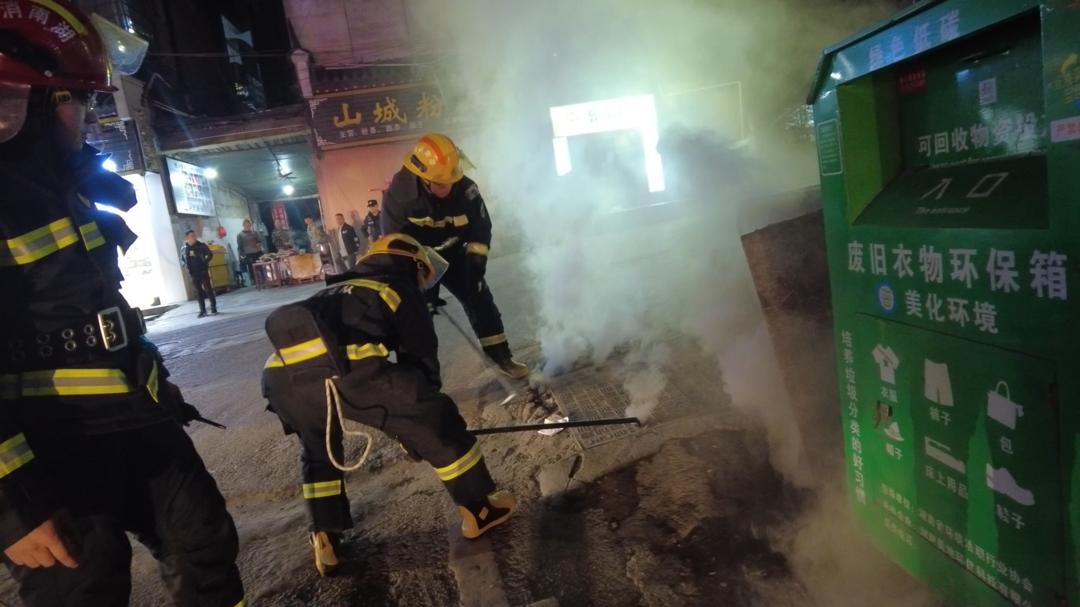 """通信电缆井旁井盖""""七窍生烟""""?消防紧急开盖降温"""