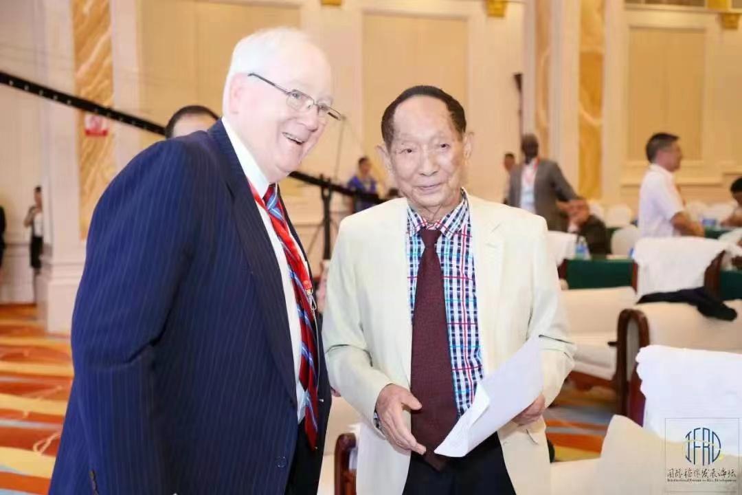 关于粮食安全的国际论坛上,外国嘉宾晒出了与袁老的合影