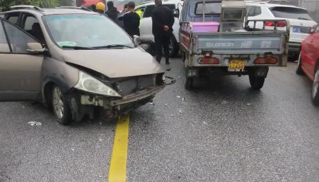 弯道前超车导致三车相撞,没系安全带的乘客受伤