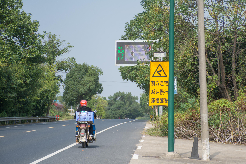 """骑车不戴头盔?交通预警新科技给你拍""""美照"""",还有大喇叭喊话提示"""