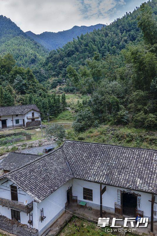 搬到山下住的张福继,终于有了相近的邻居。至少多了一个照应,也让劝他下山的镇村党员干部们更放心一些了。