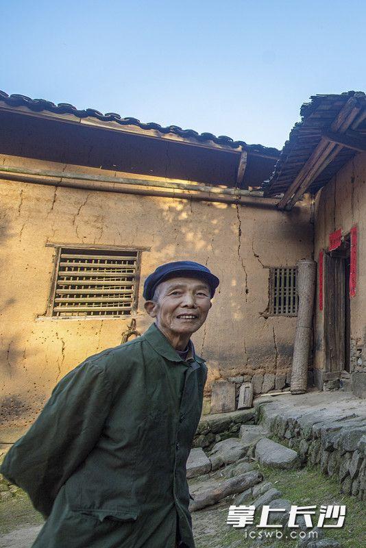 """""""坳山人老承照顾,下代子侄谢党恩。""""这是张福继自己写的对联,表达了他对这么多年来政府和乡邻亲友不间断特殊照顾的感激。"""