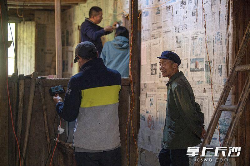 志愿者们正在帮老张安装太阳能发电设备。
