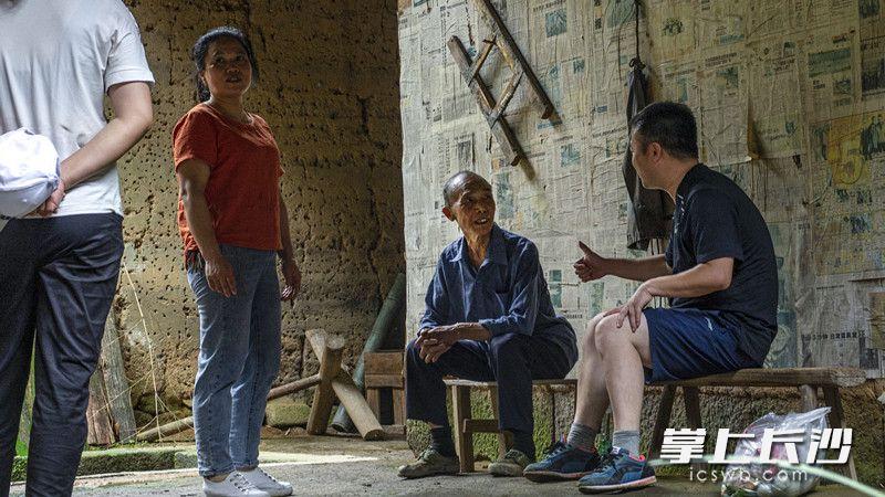 张福继时不时还要回山上住一段时间,对祖屋的情感很深。镇村党员干部便经常上山走访看望,带去一些日用品。