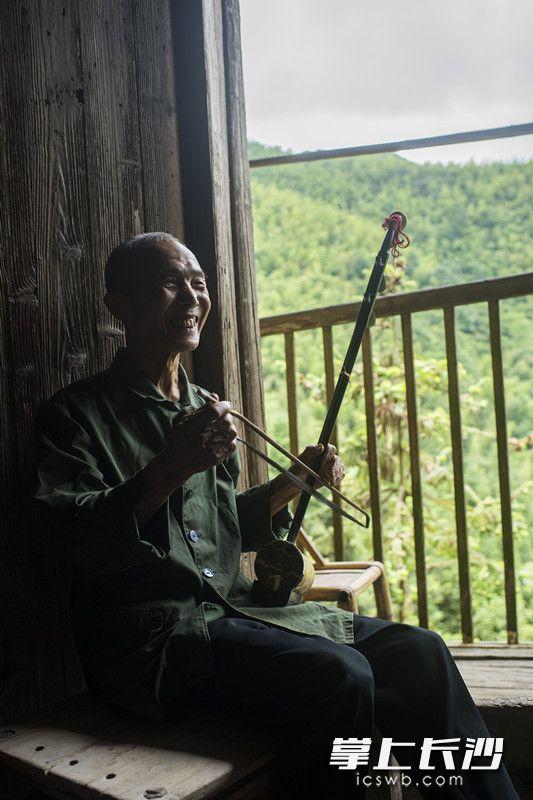 兴致来的时候,张福继会拉一会二胡。他说,二胡是很早以前跟人家学的,现在会拉十几首曲子,大部分是戏曲调子,也有一些经典歌曲,比如《浏阳河》。