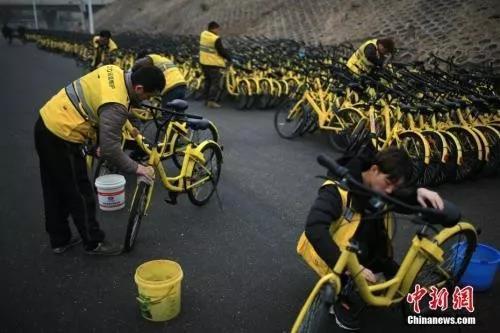 资料图:2018年3月3日,天津ofo工作人员对单车进行集中维护。<a target='_blank' href='http://www.chinanews.com/'>中新社</a>记者 佟郁 摄