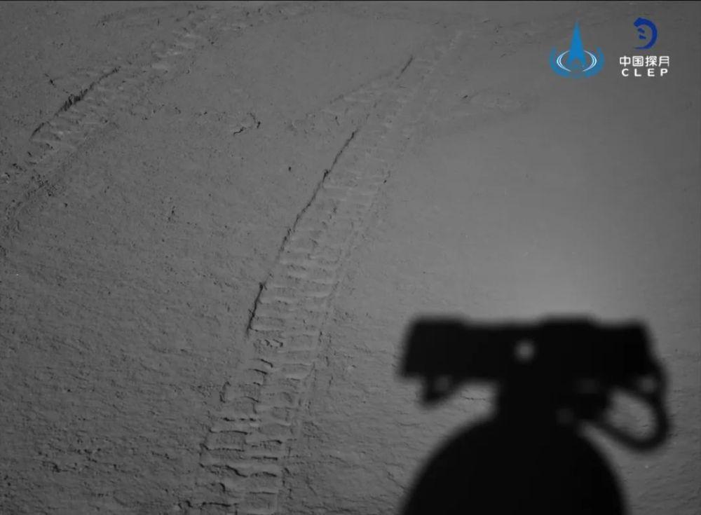 """嫦娥四号着陆器和""""玉兔二号""""月球车自主唤醒"""