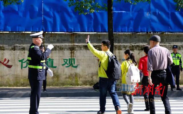 """【主力军风采】一站到底的马路""""卫士"""""""